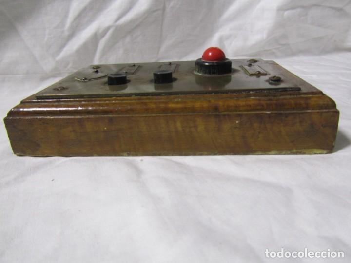 Antigüedades: Cuadro de mando botones ascensor, baquelita, latón y madera, B. Rodriguez - Foto 7 - 189590698