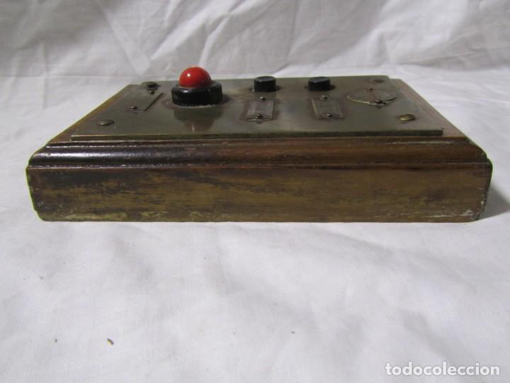 Antigüedades: Cuadro de mando botones ascensor, baquelita, latón y madera, B. Rodriguez - Foto 9 - 189590698