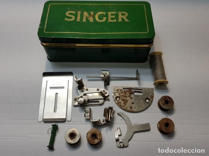 CAJA CHAPA ORIGINAL SINGER CON ACCESORIOS ALGUNOS MUY DIFÍCIL (Antigüedades - Técnicas - Máquinas de Coser Antiguas - Singer)