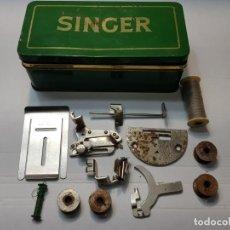 Antigüedades: CAJA CHAPA ORIGINAL SINGER CON ACCESORIOS ALGUNOS MUY DIFÍCIL . Lote 189618578
