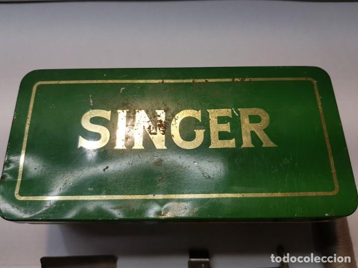Antigüedades: Caja Chapa original Singer con accesorios algunos muy difícil - Foto 2 - 189618578
