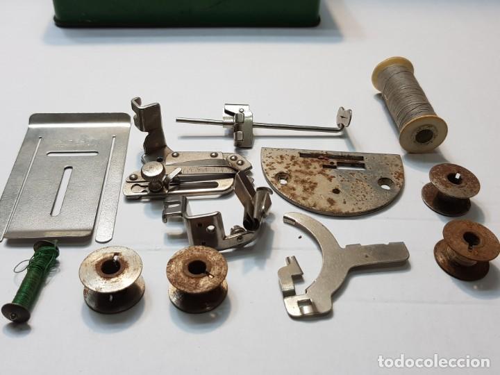Antigüedades: Caja Chapa original Singer con accesorios algunos muy difícil - Foto 3 - 189618578