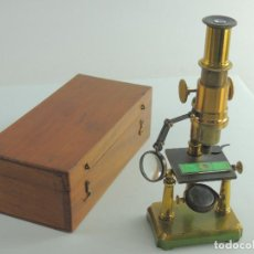 Antigüedades: IMPRESIONANTE ANTIGUO MICROSCOPIO CON CAJA ORIGINAL LABORATORIO LATON O COBRE. Lote 190318657
