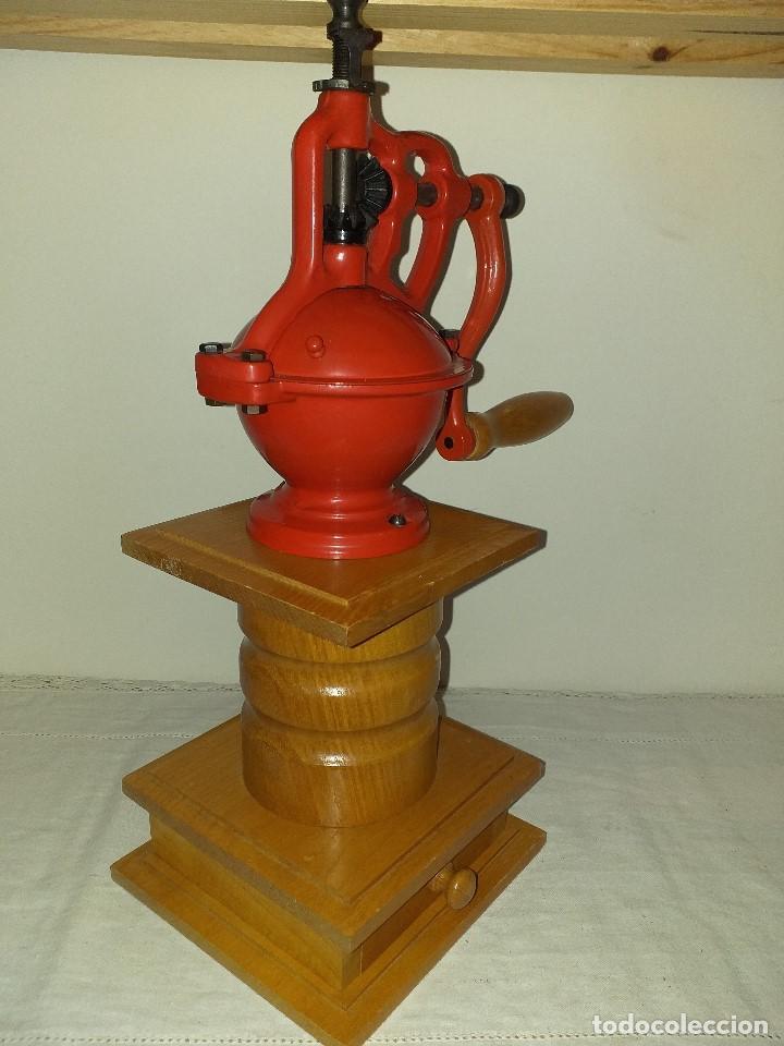 Antigüedades: Molino Molinillo de cafe de hierro con caja de madera, mide 42 cm con manivela arriba. - Foto 2 - 190612855