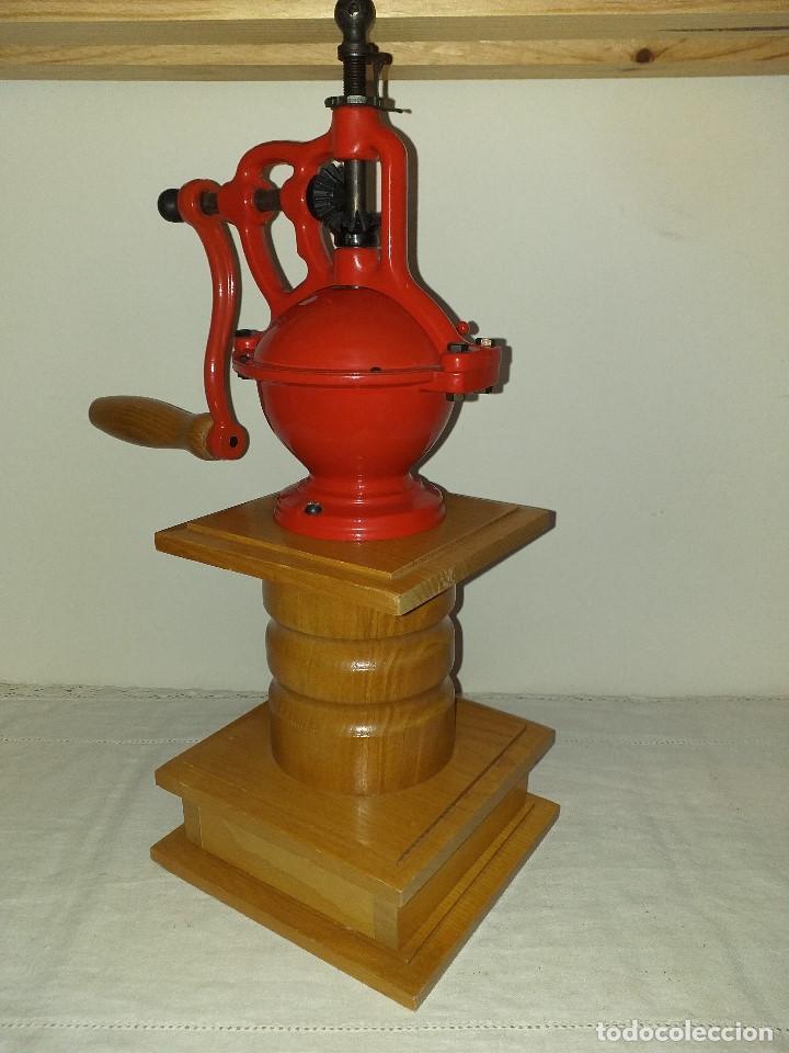 Antigüedades: Molino Molinillo de cafe de hierro con caja de madera, mide 42 cm con manivela arriba. - Foto 3 - 190612855
