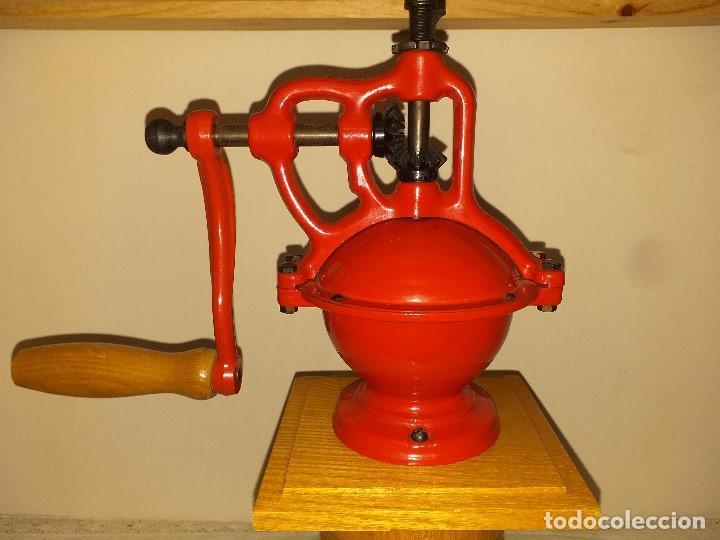 Antigüedades: Molino Molinillo de cafe de hierro con caja de madera, mide 42 cm con manivela arriba. - Foto 4 - 190612855