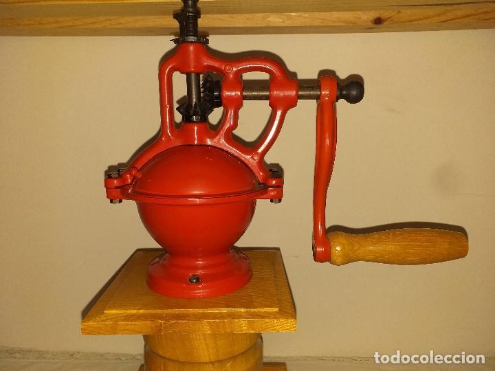 Antigüedades: Molino Molinillo de cafe de hierro con caja de madera, mide 42 cm con manivela arriba. - Foto 5 - 190612855