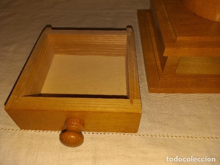 Antigüedades: Molino Molinillo de cafe de hierro con caja de madera, mide 42 cm con manivela arriba. - Foto 9 - 190612855