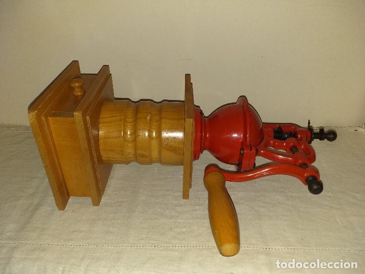 Antigüedades: Molino Molinillo de cafe de hierro con caja de madera, mide 42 cm con manivela arriba. - Foto 11 - 190612855