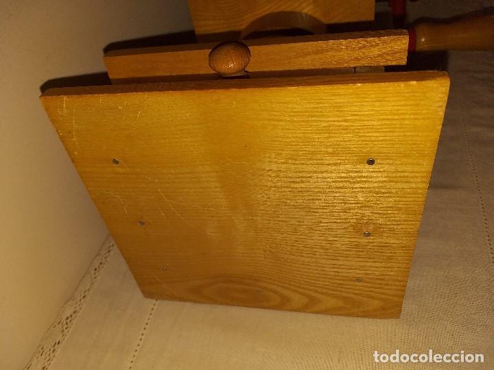 Antigüedades: Molino Molinillo de cafe de hierro con caja de madera, mide 42 cm con manivela arriba. - Foto 12 - 190612855