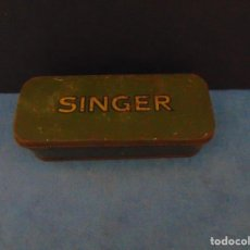 Antigüedades: ANTIGUA CAJA DE CHAPA ORIGINAL SINGER CON ACCESORIOS. 16 X 5 CM.. Lote 190641632
