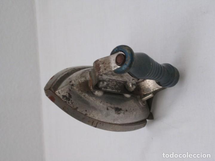 Antigüedades: Pequeña plancha electrica antigua. 11x6cm - Foto 7 - 190830141