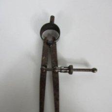 Antigüedades: ANTIGUO COMPAS DE PUNTAS, REGULABLE 16 CM LARGO. Lote 190903668