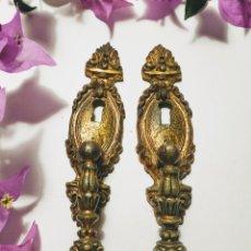 Antigüedades: PRECIOSA PAREJA DE TIRADORES ANTIGUOS DE BRONCE. Lote 191089602