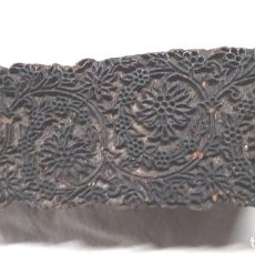 Antigüedades: MOLDE MATRIZ ESTAMPADOR TEXTIL S XIX, TALLADA A MANO EN MADERA. MED. 17 X 6 X 7 CM. Lote 191134693