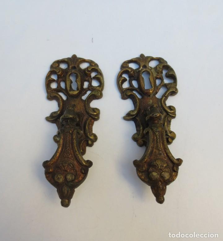 Antigüedades: 2 TIRADORES DE LATÓN CON BOCALLAVE - Foto 3 - 191244193