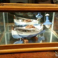 Antigüedades: VITRINA CON BARCA DE PESCA EN CERAMICA DE GRAN CALIDAD. Lote 191261555