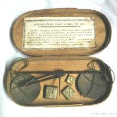 Antigüedades: BALANZA PESAR MONEDAS, EN CAJA Y 3 PONDERALES CUÑO FR BARCELONA. Lote 191326008