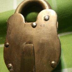 Antigüedades: ENORME CANDADO DE HIERRO. CON LLAVE Y FUNCIONANDO. 732 GRAMOS. 13 CTMS. LARGO CERRADO. Lote 191332546