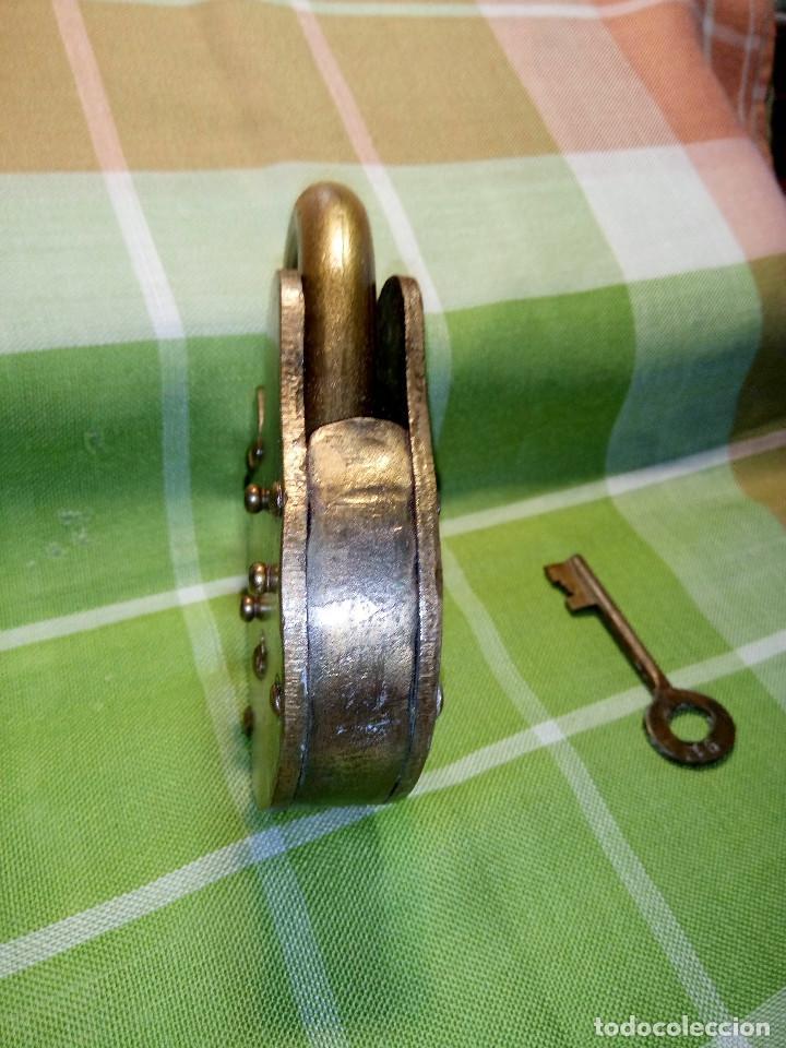 Antigüedades: ENORME CANDADO DE HIERRO. CON LLAVE Y FUNCIONANDO. 732 GRAMOS. 13 CTMS. LARGO CERRADO - Foto 3 - 191332546