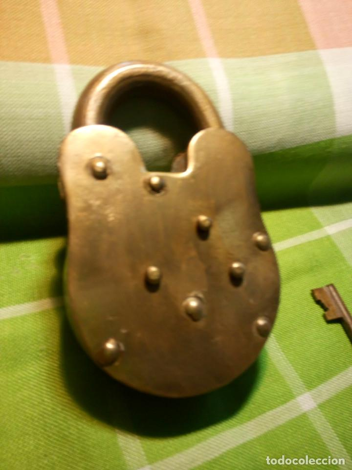 Antigüedades: ENORME CANDADO DE HIERRO. CON LLAVE Y FUNCIONANDO. 732 GRAMOS. 13 CTMS. LARGO CERRADO - Foto 5 - 191332546