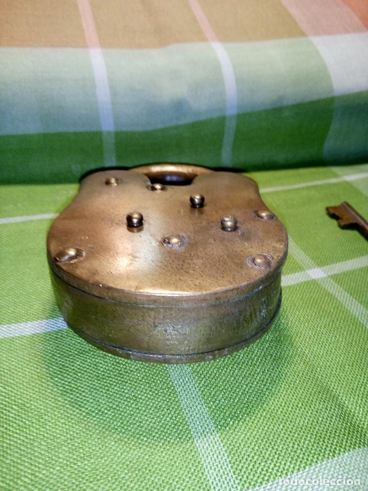 Antigüedades: ENORME CANDADO DE HIERRO. CON LLAVE Y FUNCIONANDO. 732 GRAMOS. 13 CTMS. LARGO CERRADO - Foto 7 - 191332546