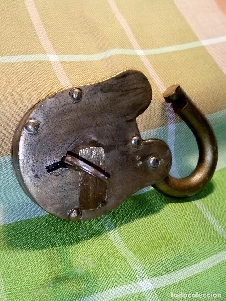 Antigüedades: ENORME CANDADO DE HIERRO. CON LLAVE Y FUNCIONANDO. 732 GRAMOS. 13 CTMS. LARGO CERRADO - Foto 13 - 191332546
