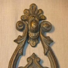 Antigüedades: GRAN ALDABA PICAPORTE LLAMADOR DE BRONCE MACIZO ANTIGUO. Lote 191341702