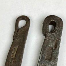 Antigüedades: LOTE DE 2 PESAS O PONDÉRALES DE HIERRO FORJA CON MARCAS. Lote 191419745