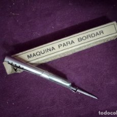Antigüedades: ANTIGUA MÁQUINA O UTENSILIO PARA BORDAR A MANO, EN CAJA ORIGINAL, FMB, PARÍS. Lote 191449771