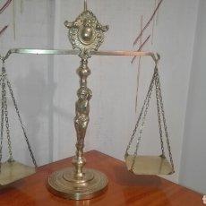 Antigüedades: ANTIGUA BALANZA DE BRONCE DE GRAN TAMAÑO IDEAL PARA DECORACION,SU MEDIDA ES DE 39 CM. DE ALTO. Lote 191527733