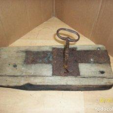 Antigüedades: ANTIGUA CERRADURA CON LLAVE-FUNCIONA. Lote 191655783