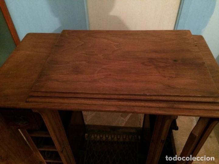 Antigüedades: Mesa para máquina de coser antigua. - Foto 11 - 191818768