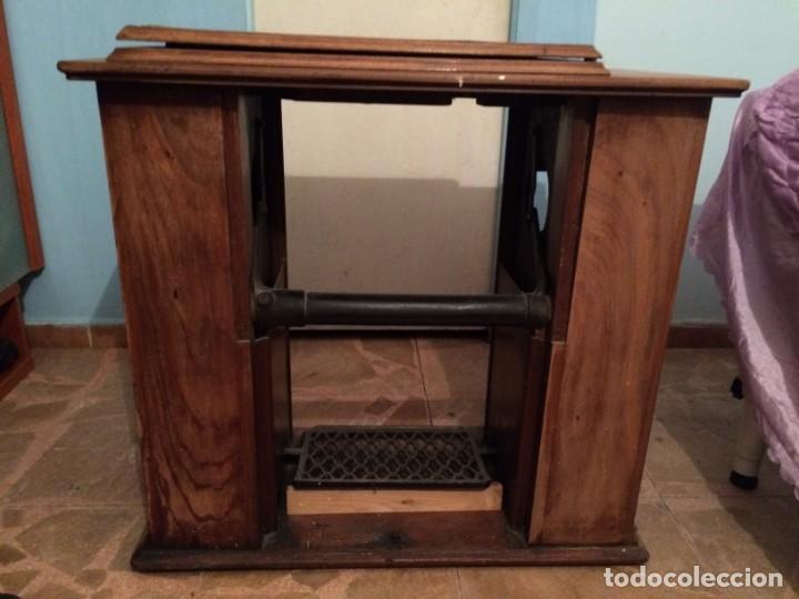 Antigüedades: Mesa para máquina de coser antigua. - Foto 15 - 191818768
