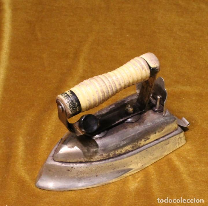Antigüedades: Antigua plancha eléctrica de viaje,Base de hierro y mango de madera. - Foto 2 - 191968042