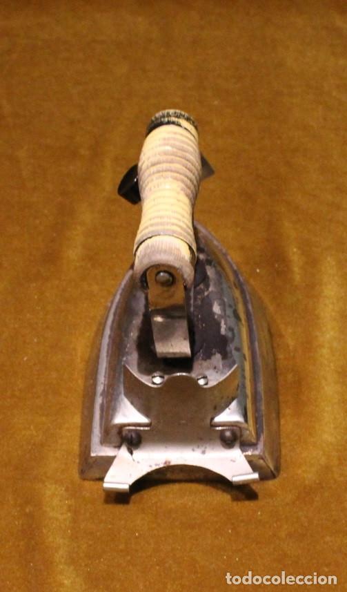 Antigüedades: Antigua plancha eléctrica de viaje,Base de hierro y mango de madera. - Foto 3 - 191968042