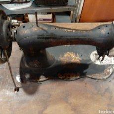 Antigüedades: SINGER ANTIGUA MAQUINA COSER DE GUITARRA 1909 FUNCINA SIN MESA. Lote 192044356