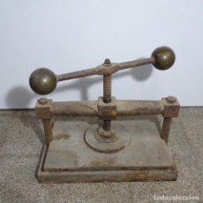 Antigüedades: PRENSA DE HIERRO DE LOS AÑOS 1920.MEDIDAS PRENSA 51X34.MARCA CEREZO DE BARCELONA.. Lote 192093680