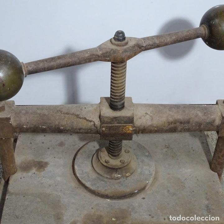 Antigüedades: Prensa de hierro de los años 1920.medidas prensa 51x34.marca cerezo de barcelona. - Foto 2 - 192093680