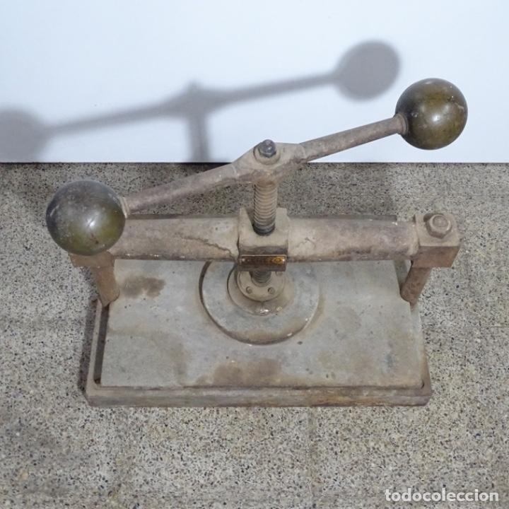 Antigüedades: Prensa de hierro de los años 1920.medidas prensa 51x34.marca cerezo de barcelona. - Foto 9 - 192093680