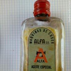 Antigüedades: BOTELLA PUBLICIDAD DE ACEITE ESPECIAL PARA LA MAQUINA DE COSER ALFA. Lote 192098370