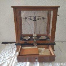 Antigüedades: BALANZA DE PRECISIÓN ANTIGUA. MARCA COBOS. Lote 192137332