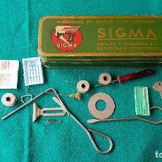 Antigüedades: CAJA METAL MAQUINAS DE COSER SIGMA CON COMPLEMENTOS. Lote 192194970