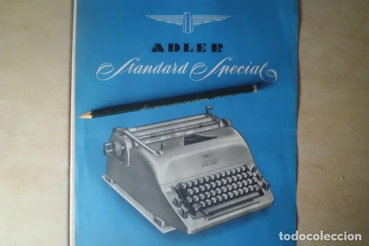 PRECIOSO CARTEL DE PUBLICIDAD MAQUINA ESCRIBIR ADLER, AÑOS 50 (Antigüedades - Técnicas - Máquinas de Escribir Antiguas - Otras)