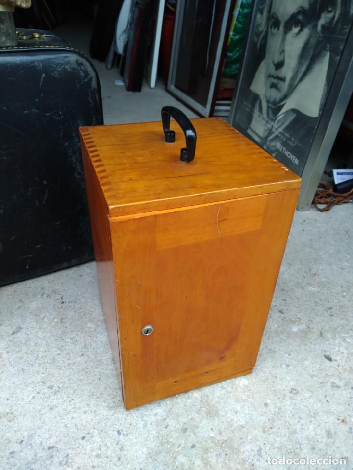 Antigüedades: Microscopio Carl Zeiss Jena S XX Medidas caja 23 cm x 22 cm x 37 cm altura microscopio 33 x 21cm. - Foto 5 - 192444463