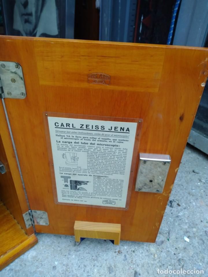 Antigüedades: Microscopio Carl Zeiss Jena S XX Medidas caja 23 cm x 22 cm x 37 cm altura microscopio 33 x 21cm. - Foto 6 - 192444463
