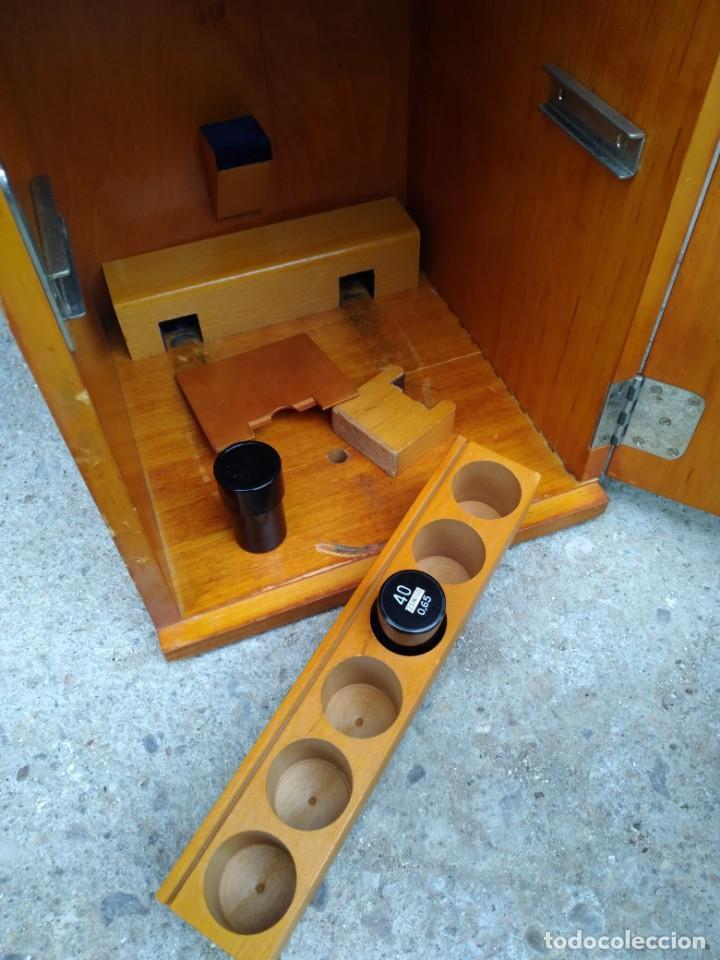 Antigüedades: Microscopio Carl Zeiss Jena S XX Medidas caja 23 cm x 22 cm x 37 cm altura microscopio 33 x 21cm. - Foto 7 - 192444463