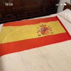 Antigüedades: BANDERA ESPAÑOLA CON SU ESCUDO. Lote 192486521