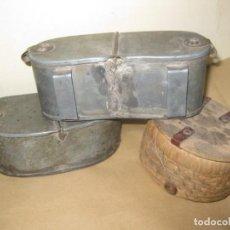Antigüedades: 3 ANTIGUA CAJA PARA CEBO DE PESCA PESCADOR . METAL Y MIMBRE HEBILLAS PARA COLGAR EN CINTURON. Lote 192697940