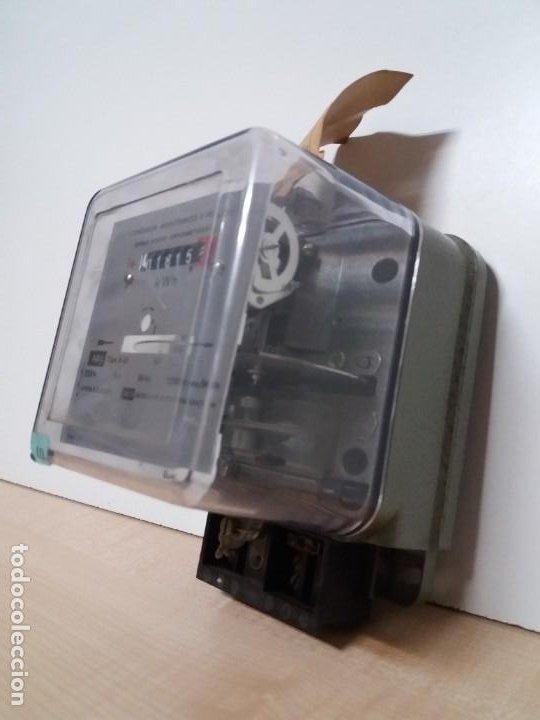 Antigüedades: ANTIGUO CONTADOR ELECTRICO AEG VINTAGE AÑOS 70 MUY DECORATIVO - Foto 2 - 192781273